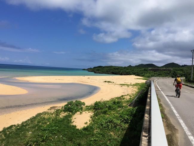 ②沿道は雲!山!海!ザ・ホワイトビーチ!
