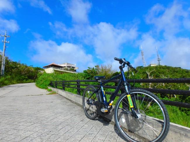 ①八重山諸島を見渡せるバンナ岳展望台。自由にサイクリングスタート!